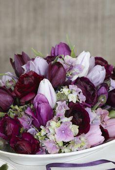 Lad vinterens smukke blomster og sarte toner give liv til dit nytårsbord med en smuk arrangeret buket. Se de nydelige nytårsbuketter her!