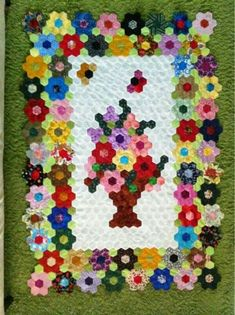 Photo on Pin by Felicia Ahluwalia on English Paper Piecing Hexagon Quilt Pattern, Hexagon Patchwork, Quilt Patterns, Hexagon Quilting, English Paper Piecing, Quilting Projects, Quilting Designs, Quilt Design, Flower Quilts