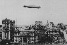 O dirigível Zeppelin sobrevoando o centro da capital paulista em 1934, próximo à Praça do Patriarca. O Zeppelin tinha 213 metros de comprimento, transporta