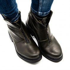Unul dintre cele mai spectaculoase design-uri ale colecției de ghete din piele naturala și fermoarul metalic fac din acest model o bijuterie! Dacă ești adepta stilului putin extravagant, acest model este un real must-have pentru tine Mai, Boots, Model, Design, Fashion, Crotch Boots, Moda, Fashion Styles