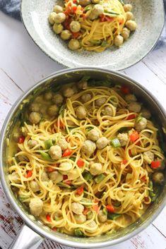 One Pot Pasta Med Karry, Grøntsager Og Kødboller - One pot rezepte Big Meals, One Pot Meals, Protein Veggie Meals, Healthy Dishes, Healthy Recipes, French Eggs, Pasta Recipes, Dinner Recipes, Curry