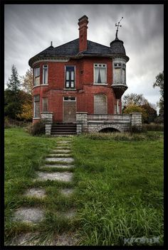 Architecture - Abandoned Places - Forgotten old Victorian Home. Abandoned Buildings, Old Abandoned Houses, Abandoned Castles, Old Buildings, Abandoned Places, Old Houses, Haunted Houses, Old Mansions, Abandoned Mansions