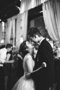 Bride and Groom Wedding Photo Ideas / http://www.himisspuff.com/wedding-photos-with-your-groom/