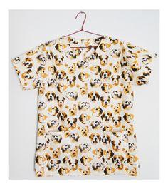 Blusa tipo uniforme, pijama cirúrgico ou jaleco veterinário, feito em tecido de algodão, com dois bolsos frontais. Principalmente para uso em cirurgias veterinárias. <br>Peça no tamanho P (70cm x 52cm)