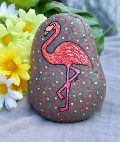 ✓ 50 Best Animal Painted Rocks for Beginner Rock Painters Excited to share the latest addition Painted flamingo rock Rock Painting Patterns, Rock Painting Ideas Easy, Rock Painting Designs, Pebble Painting, Pebble Art, Stone Painting, Painted Garden Rocks, Painted Rocks Kids, Flamingo Painting