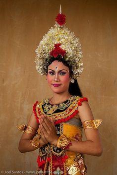 Baron dance, based on the mythology of Bali, Indonesia. Barong, Dutch East Indies, Hindu Art, Balinese, Dance Photography, Traditional Dresses, Asian Girl, Erotic, Dancer