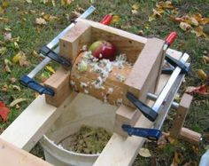 DIY apple grinder to make home made cider. Wood Projects, Woodworking Projects, Projects To Try, Apple Cider Press, Making Apple Cider, Wood Crafts, Diy And Crafts, Fruit Trees, Home Brewing