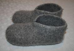 Det er ikkje mykje eg strikkar. Ikkje fordi eg ikkje kan det eller ikkje likar d. : Det er ikkje mykje eg strikkar. Ikkje fordi eg ikkje kan det eller ikkje likar det, men fordi armane mine ikkje likar det. Så skal eg strik… Felted Slippers Pattern, Knitted Slippers, Mens Slippers, Felt Patterns, Knitting Patterns, Knitting Ideas, Ravelry, Felt Shoes, Slipper Boots
