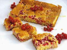 Szybkie, pachnące kokosem ciasto. Pasować będą do niego zarówno czarne jak i czerwone porzeczki, ale też i każde inne drobne owoce sezonowe....
