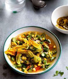 La sopa de flor de calabaza poblana aprovecha ingredientes de la región e ingredientes mexicanos. Pruébala y verás que te encantará.