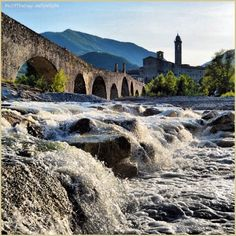 Tutto scorre tranne il fascino del #PonteGobbo di #Bobbio. Complimenti e grazie a @ellyelly76 che per scattare questa #PicOfTheDay #turismoer ha sfidato le correnti del Fiume Trebbia! / Everything flows but #Bobbio's #PonteGobbo charme. Congrats and thanks to @ellyelly76 that defied the current of #Trebbia River to take this #PicOfTheDay #turismoer