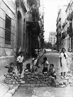"""""""Jugando"""" a la revolución social. Y mientras cantaban, al menos los chavales de las barriadas proletarias de Barcelona, """"patatas amb suc por el ojete hacen pumm!"""""""