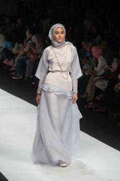 Pilihan warna kalem yang mempercantik aura wanita. Abaya Fashion, Muslim Fashion, Modest Fashion, Fashion Dresses, Turkish Hijab Style, Dress Pesta, Muslim Dress, Pretty Outfits, Nice Dresses