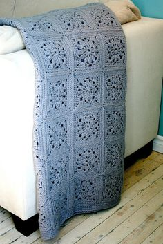 Gorgeous crochet blanket by Two Sisters, One mess. Free pattern (french). Try it with Vanna's Choice or Wool-Ease!