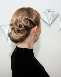 Add a pin curl or two to any hairstyle to make it extra classy No Heat Hairstyles, Fancy Hairstyles, Curled Hairstyles, Vintage Hairstyles, Wedding Hairstyles, Messy Hair Look, Barrel Curls, Ear Hair Trimmer, 1920s Hair