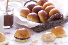 I panini al latte sono piccoli bocconcini di pane soffici e poco zuccherati, sempre presenti nei buffet delle feste dei bambini, ideali da farcire!