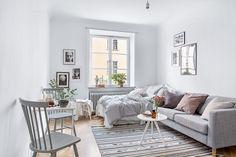 Rum med vackert spröjsat fönster