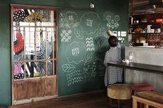 <p>懐かしい緑色の黒板と古い和建具がレトロな雰囲気をつくってます。メモも落書きも空間の彩りに。</p>