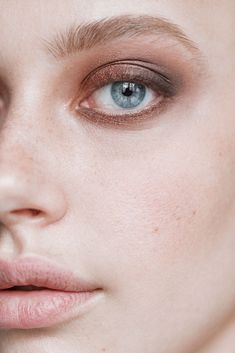 Makeup artist Nam Vo shows how to recreate the classic smoky look at home yourself. Dewy Makeup Look, Eye Makeup Tips, Smokey Eye Makeup, Skin Makeup, Makeup Looks, Makeup Inspo, Light Smokey Eye, Smoky Eye, How To Apply Lipstick