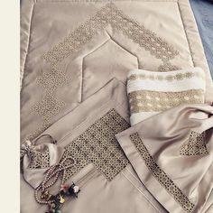 Muslim Prayer Mat, Islamic Prayer, Prayer Rug, Crazy Quilting, Shabby Chic Boxes, Painted Rocks Craft, Tea Cozy, Rock Crafts, Crochet