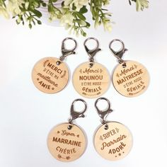 """Porte-clés gravé bois médaille ronde 50 mm - Edition spéciale """"Famille""""    https://www.happybulle.com/collections-happybulle/porte-cles-grave-bois-medaille-ronde-50-mm-edition-speciale-merci-nounou-1549.html"""