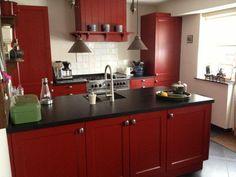 Rood is zó mooi, zeker in deze keuken van Manders Keukens te Schaijk. Prachtig vormgegeven en gecombineerd.