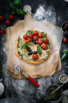 Spicy Goat Cheese Pesto Pizza - Use Your Noodles Italian flavors with a twist in one delicious spicy goat cheese pesto pizza loaded with fresh cherry tomatoes, mozzarella and black olives. I could eat this pizza every day! Pesto Pizza, Bruschetta Pizza, Spinach Pizza, Comida Pizza, Dorian Cuisine, Pizza Photo, Pizza Day, Pizza Pizza, Gastronomia