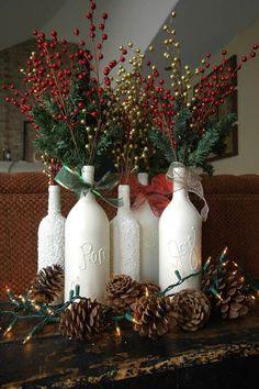 Botellas de vino reconvertidas en jarrones blancos con ramas y bayas rojas y doradas #ideas #decoracion #Navidad