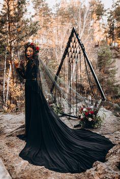 Witch Wedding, Gothic Wedding Ideas, Gothic Wedding Rings, Viking Wedding, Skull Wedding, Glam Style, Black Wedding Gowns, Edgy Wedding Dresses, Gown Wedding