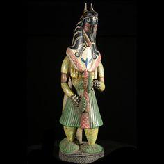 Venant du Nord, les Gouros, population Mandé, sont arrivés dans cette région au XVIème siècle. Les Gouro sont appelés Lo ou Golo et se nomment eux-mêmes Kwéni. Les Baoulé les nomment Gouro. Le masque Zamble est très particulier à l'ethnie Guro. Mi-léopard, mi-antilope, il constitue le trait d'union entre les masques profanes et les masques sacrés. Ici une représentation contemporaine très soignée du masque dans son intégralité. Pièce d'art contemporain de qualité.