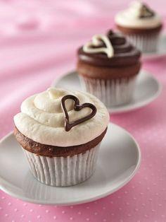 abschiedsparty fuer kollegen organisieren, cupcakes mit herzen, schokolade und sahne