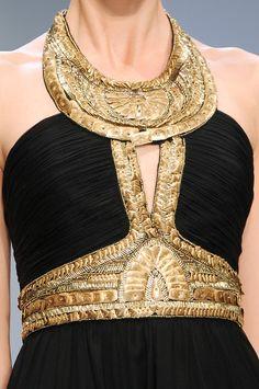 Andrew Gn Spring 2009 - Large col et ceinture en or avec des motifs brodés. Inspiration des tenues égyptiennes.
