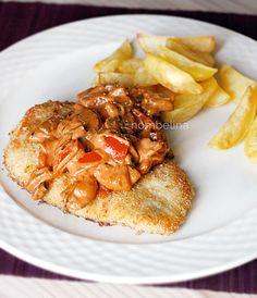 Aardappeltjes gebakken in de oven, zelf gepaneerde varkensschnitzel en een romige saus met champignons, ui en paprika.