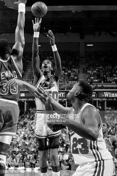 Fotografia de notícias : Ralph Sampson of the Sacramento Kings shoots the...