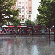 -- A la llamada de la lluvia se levantó un ejército de de incondicionales paraguas --  [#albertosierra_mobilephotography]