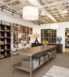 muebles shops: los colores neutros, estanterías ordenadas, y una buena mesa, el trabajo grande.  Hay iluminación suficiente que eso no es dura.  Se trata de un espacio totalmente acogedor.