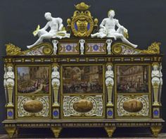 Fontainebleau  Cabinet commémoratif   : situé dans la galerie des Assiettes, pièce créee en 1840 en façade de l'aile de l'escalier du fer-à-cheval, le cabinet commémorant le mariage du duc d'Orléans, fils de Louis-Philippe avec la princesse Hélène de Mecklembourg-Schwerin, livré en 1814, mêle dans un schéma rappelant les meubles de la Renaissance, bois, figures en biscuit de porcelaine et plaques de porcelaine peintes par Develly de scénes illustrant les différents moments de la cérémonie