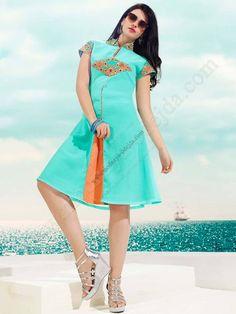 Аквамариновое красивое платье, с короткими рукавами, украшенное вышивкой скрученной шёлковой нитью