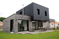 Construction d'une maison en ossature bois sur deux niveaux à Saint-André-de-la-Marche. Les matériaux de façade employés sont du bardage bois et du bardage métallique de couleur noir.architecte / maitre d'oeuvre : ATELIER 14 - Clissonwww.atelier-14.org