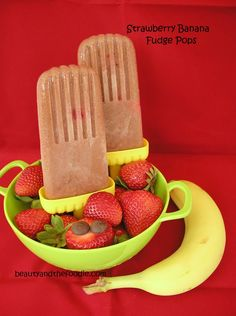 Strawberry Banana Fudge Pops |Banana, strawberries, vanilla extract, coconut milk, cocoa powder, maple syrup, strawberries