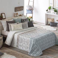 Imagen elegante y moderna de las colchas bouti Bianca de Antilo, en tejido Jacquard, con diseño de estilo Isabelino conjugando colores con franjas horizontales. El producto está disponible en dos colores: gris y beig.