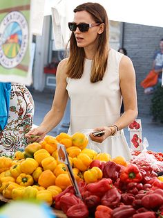 Jennifer Garner perused some yummy veggies at the farmers market in shady style! Gotta love her versatile rectangular tortoise sunnies!