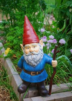 """Con el término """"enanos de jardín"""" me refiero a todo tipo de esculturas que han adornado los jardines de los chalets desde los años sesenta, que van desde bur..."""