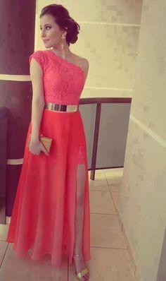 Vestido coral y cinturón dorado