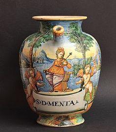 "Un chevrette mayólica Urbino con decoración policroma ""un historiado"" que representa a una reina en un paisaje. Taller de Fontana, alrededor de 1565-1570. siglo 16. H. 22,5 cm. Este chevrette probablemente fue mandado por Guidobaldo II para la farmacia Ducal de Urbino."