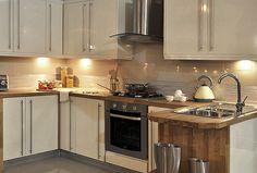 Cream high gloss kitchen Cream Kitchen Units, Small Kitchen Diner, High Gloss Kitchen, Kitchen Sets, Kitchen Tiles, New Kitchen, Hanging Kitchen Cabinets, Kitchen Dining Living, Dining Room