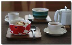 ひとつで華やぐ「ウニッコ」のボウルに、ドリアを盛り付けたランチ。木のプレートに乗せるとカフェ風のおしゃれな食卓になりますね。