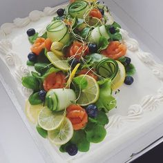 #lohivoileipäkakku #voileipäkakku Appetizer Buffet, Appetizer Recipes, Appetizers, Food Platters, Food Dishes, Food Design, Sandwich Torte, Kreative Snacks, Salad Cake