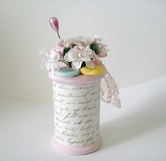 A creative way to use these up spool thread buttons and flowers shabby chic pink Shabby Chic Crafts, Shabby Chic Pink, Vintage Crafts, Wooden Spool Crafts, Wooden Spools, Cotton Reel Craft, Yarn Crafts, Diy And Crafts, Easter Crafts