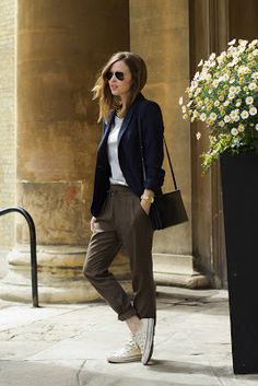 Kobalt blazer, white shirt and brown pants combined with white sneakers, good for a busy day.